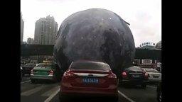 Смотреть Луна прокатилась по Земле
