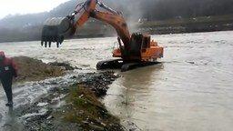 Смотреть Экскаватор переплывает реку