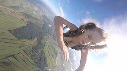 Смотреть Девушка прыгает с аэростата