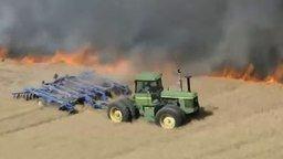 Смотреть Фермер тушит поле