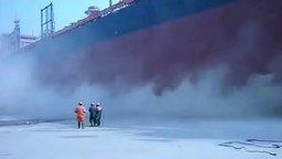 Смотреть Спуск корабля-гиганта на воду