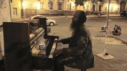 Смотреть Эмоциональная игра бездомного на пианино