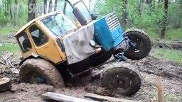 Смотреть Трактора вязнут в грязи