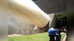 Смотреть Сброс воды с ГЭС, плотин и дамб
