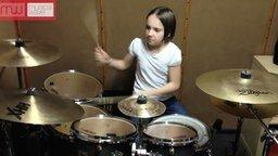 Смотреть Девочка играет на барабанах
