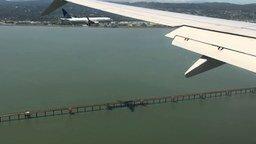 Смотреть Одновременное приземление самолётов
