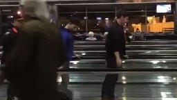 Смотреть Балеруны и балерины в аэропорту