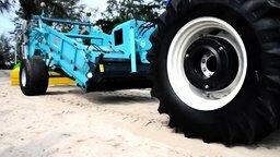 Смотреть Трактор для очистки песчаных пляжей от мусора