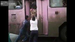Смотреть Хорошенько утрамбовали пассажиров