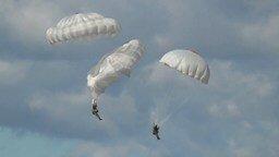 Смотреть Как себя вести при схождении парашютистов