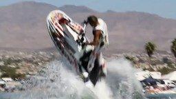 Смотреть Невероятные трюки на водном скутере