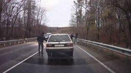 Упало дерево на дороге? Не проблема! смотреть видео прикол - 3:44