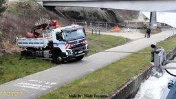 Лодка выручает из грязи грузовик смотреть видео прикол - 1:58