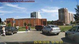Смотреть Глупость и непредусмотрительность на дороге
