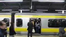 Смотреть Очередь в метро