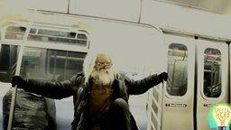 Смотреть Старец медитирует в воздухе