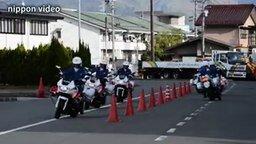 Смотреть Синхронные полицейские-мотоциклисты