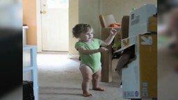 Смотреть Робот против малышки