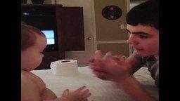 Брат показывает фокус малышу смотреть видео прикол - 0:27
