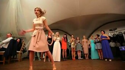 Смотреть Комичные женские танцы на свадьбе