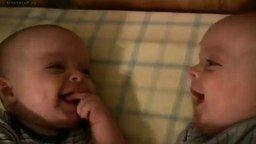 Забавные близнецы смотреть видео прикол - 1:09