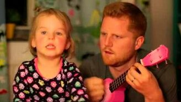 Смотреть Папа играет, дочка поёт