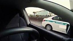 Смотреть Автомобиль едет без водителя