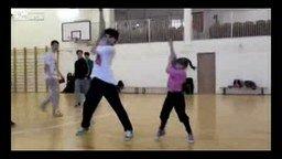 Смотреть Брат с сестрой слаженно танцуют