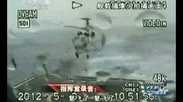 Смотреть Вертолёт садится в шторм на авианосец