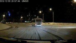 Смотреть Эффектно занесло автобус на повороте
