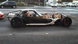 Смотреть Неожиданное авто на дороге города