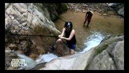 Смотреть Женская неудача на водопаде