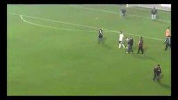 Футболист дирижирует болельщикам смотреть видео прикол - 0:50