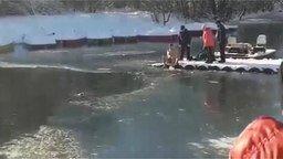 Смотреть Спасение собаки из ледяной реки