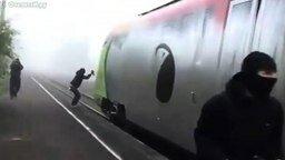 Смотреть Как раскрашивают поезда в граффити