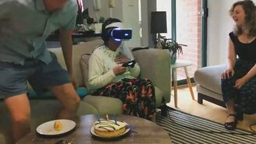 Смотреть Бабушка в очках виртуальной реальности