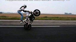 Смотреть Девушка-трюкачка на мотоцикле