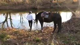 Лошадь впервые видит реку смотреть видео прикол - 2:20