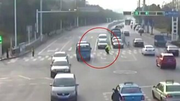 ГАИшник перенёс пешехода через дорогу смотреть видео прикол - 0:32
