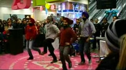 Смотреть Индийские моряки танцуют для русских