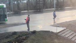 Смотреть Странный парень на улице