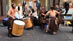Смотреть Группа барабанщиков и волынщиков