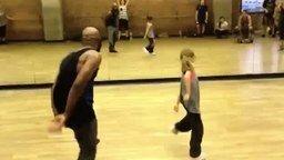 Смотреть Ловкая девочка танцует