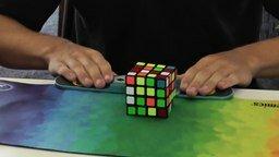 Смотреть Быстро собрал кубик Рубика