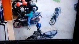 Смотреть Девушка на скутере на парковке