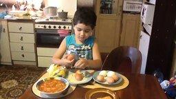 Смотреть Мальчик быстро чистит яйца
