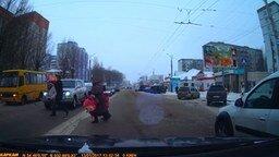 Помог на переходе с коляской смотреть видео прикол - 0:33