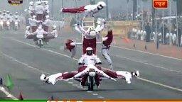Смотреть Трюки мотоциклистов на индийском параде