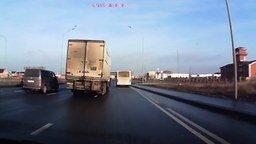 Ловкий водитель фуры смотреть видео - 0:32