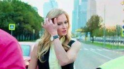 Смотреть Блондинка-водитель блеснула умом